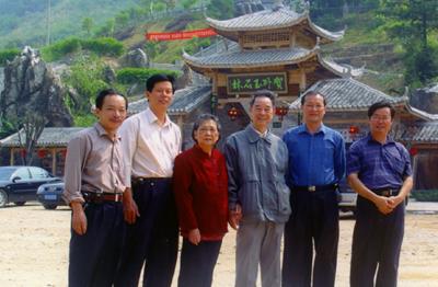 原自治区政府副主席黄云游石林